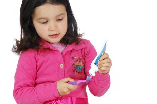 enfant et dentifrice