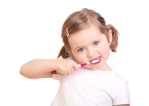 enfant se brossant les dents